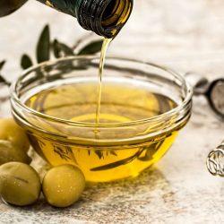 Olivenöl – kaltgepresster Olivenöl mit wertvollen ungesättigten Fettsäuren.