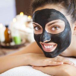 Die Schwarze Gesichtsmaske reinigt die Haut porentief und beugt Pickel- und Mitesserbildung vor